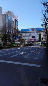 01)池袋駅前通り(西武デパート).jpg